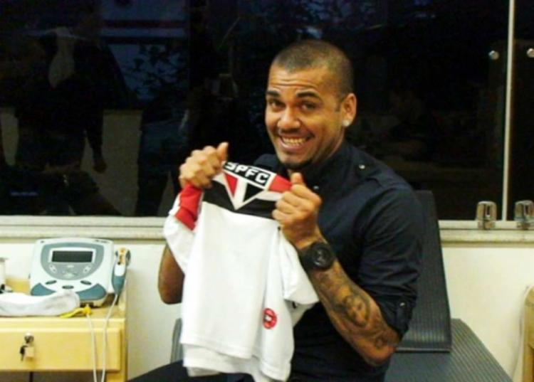Dani Alves assina com o Tricolor por 3 temporadas - Foto: Divulgação | SPFC