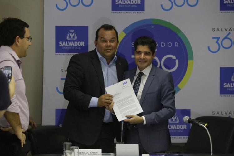 Presidente da Câmara Municipal, Geraldo Júnior, e o prefeito ACM Neto em entrega do projeto de lei para análise - Foto: Luciano da Matta l Ag. A TARDE