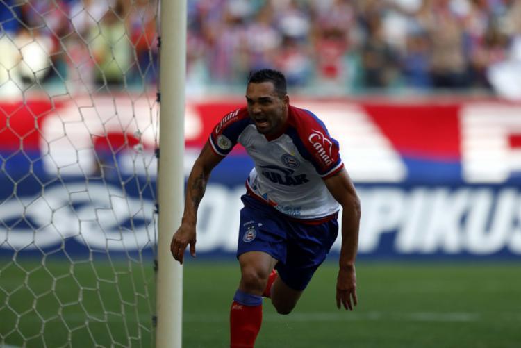 Gilberto marcou três gols e devolveu a alegria e a confiança ao torcedor - Foto: Adilton Venegeroles l Ag. A TARDE