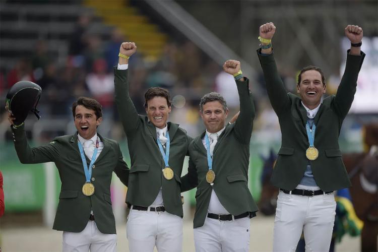 Os cavaleiros Eduardo Menezes, Rodrigo Lambre, Marlon Zanotelli e Pedro Veniss subiram ao lugar mais alto do pódio - Foto: Alexandre Loureiro l COB
