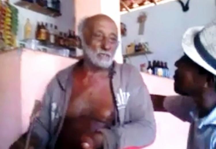 Horas antes do assassinato, João da Cruz Santana aparece cantando em um bar com amigos - Foto: Reprodução | Facebook