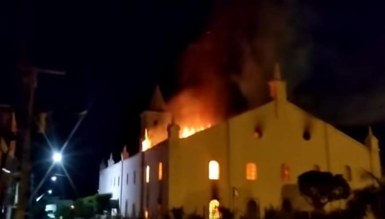 Mostra visa arrecadar recursos para a reconstrução da Igreja Matriz Sagrado Coração de Jesus, atingida por um incêndio no dia 20 de abril deste ano. - Foto: Divulgação