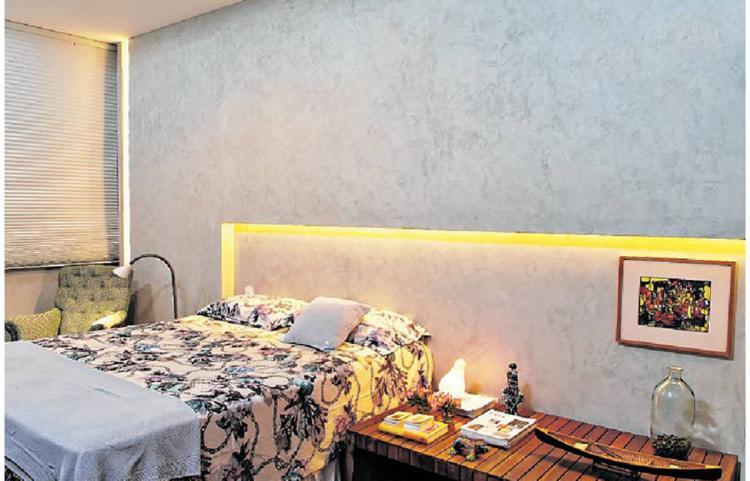 Gabriel Magalhães usou o cimento queimado na parede do quarto: