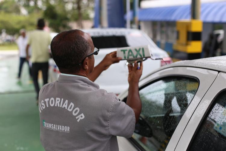 Cerca de 7,2 mil veículos devem passar pelo procedimento obrigatório, realizado na sede da Coordenadoria de Transportes Especiais (Cotae), no Vale dos Barris. - Foto: Raul Spinassé | Ag. A TARDE