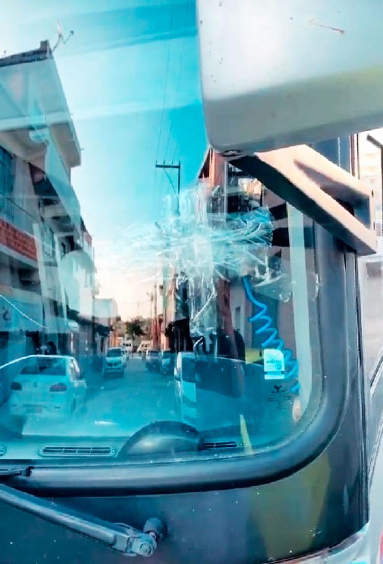 Cantor compartilhou imagens dos estragos causados no ônibus