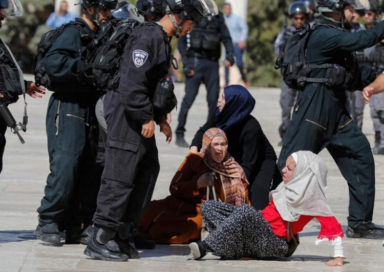 O confronto ocorreu em um local sagrado tanto para muçulmanos, como para judeus - Foto: Ahmad Gharabli | AFP
