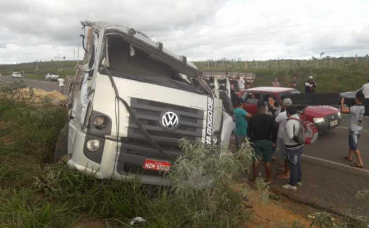 Condutor perdeu o controle do veículo quando passava na curva - Foto: Reprodução I Blog Marcos Frahm