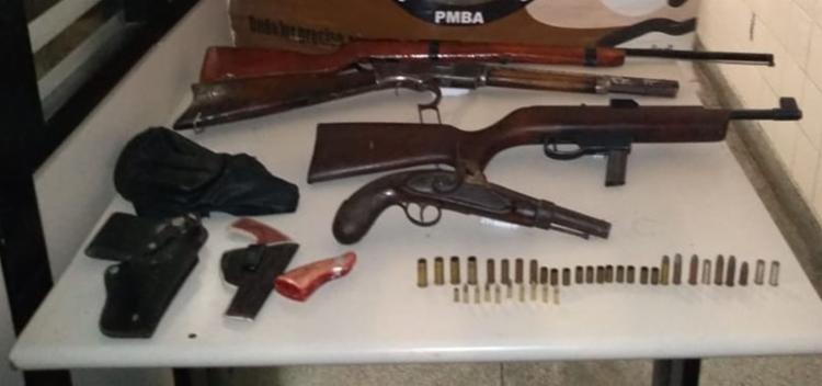 Com o suspeito foram apreendidos dois rifles, um calibre 44 e outro 22, uma espingarda e uma garruncha - Foto: Divulgação | SSP