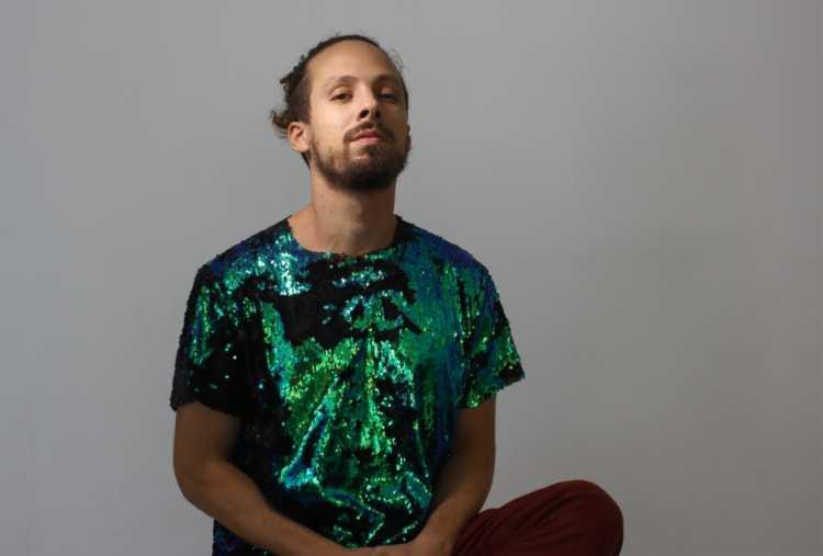 Cantor toca seus sucessos e músicas de outros artistas - Foto: Divulgação