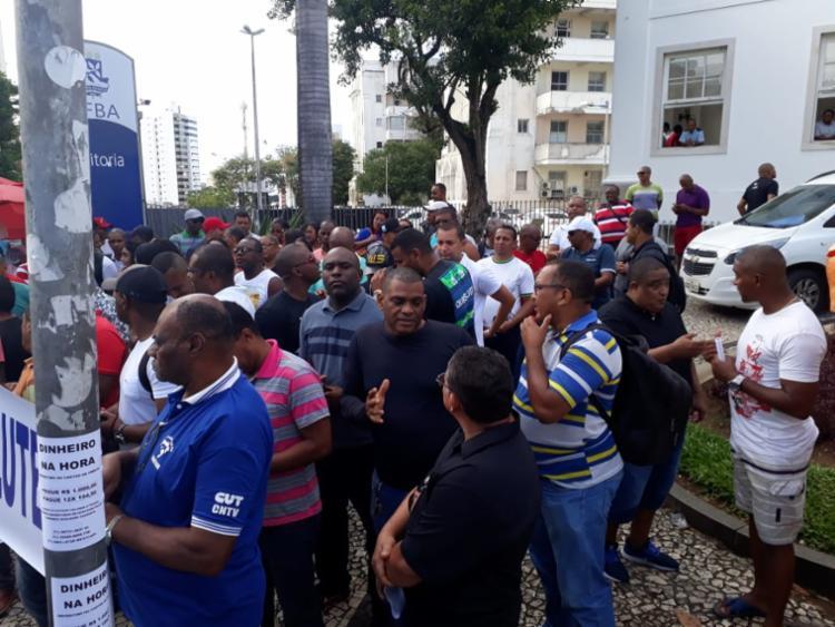 Profissionais fazem manifestação em frente à reitoria da Ufba - Foto: Divulgação I Sindvigilantes
