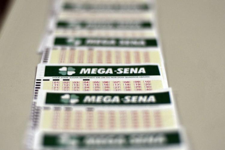 Aplicado na Poupança da Caixa, o prêmio da Mega-Sena, pode render aproximadamente R$ 174 mil por mês - Foto: Marcello Casal Jr.| Agência Brasil