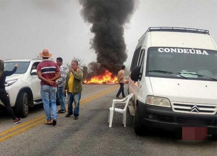 Manifestantes fecharam trecho da BA-263 com vans e pneus queimados - Foto: Divulgação | Blog do Anderson