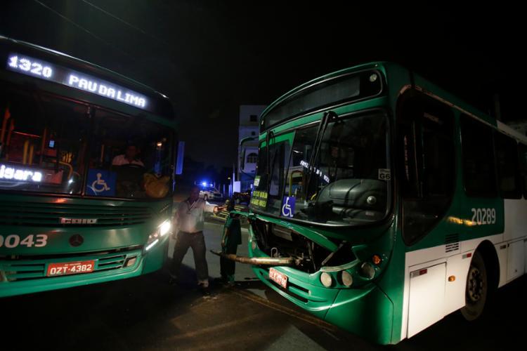 Na noite de quarta-feira, cerca de 15 homens de uma facção que atua na região do Coroado tomaram dois ônibus da empresa Integra e fecharam uma via do bairro - Foto: Felipe Iruatã   Ag. A TARDE