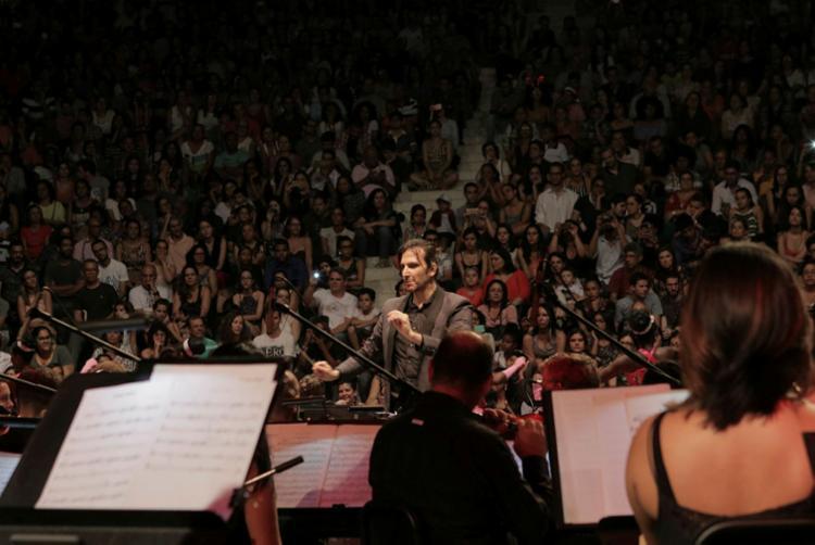 Com regência do maestro Carlos Prazeres, Osba mistura música clássica e popular - Foto: Gabriel Camões | Divulgação