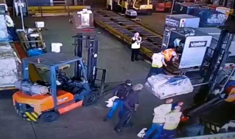 Quadrilha usou viaturas falsas da Polícia Federal para fazer o roubo - Foto: Divulgação I Polícia Civil