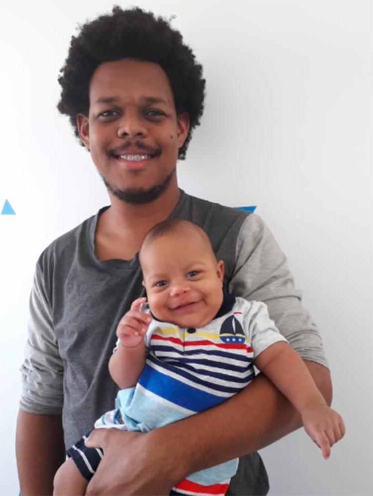 Pai de Théo de 3 meses, o operador Joeliton Santos está ansioso para celebrar o Dia dos Pais pela primeira vez