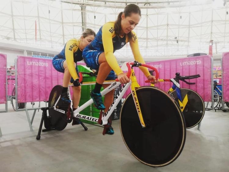 A guia vai na frente ditando o ritmo. A ciclista vai atrás, tentando manter o ritmo e dar estabilidade à bicicleta. - Foto: Divulgação I OCPB