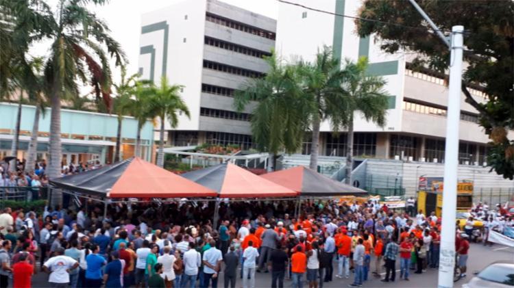 Protesto foi realizado em frente à sede da empresa, no bairro do Itaigara - Foto: Cidadão Repórter | Via Whatsapp