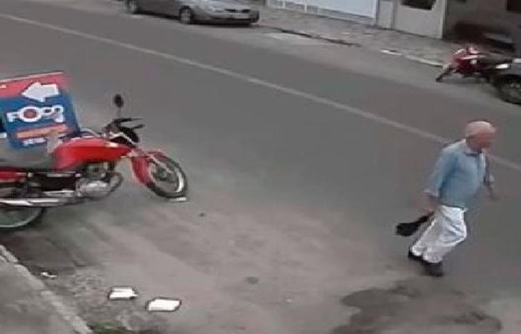 Idoso estava indo ao mercadinho quando foi agredido - Foto: Reprodução | Jequié Urgente