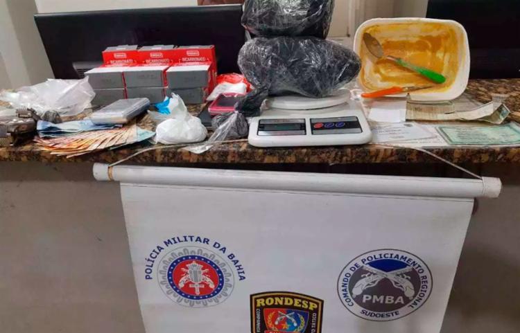 Material encontrado pela polícia na casa do suspeito de tráfico - Foto: Reprodução | Blitz Conquista
