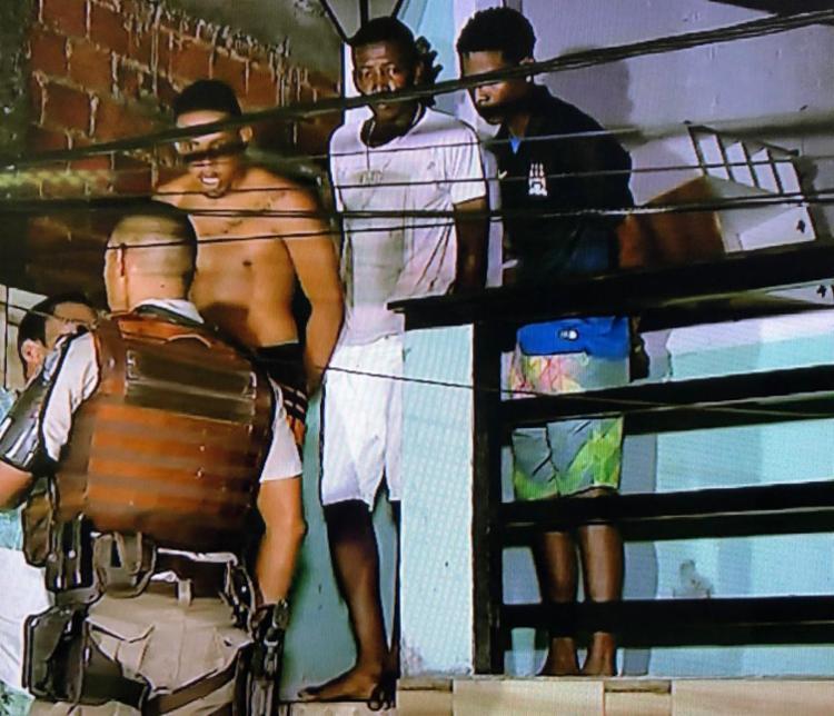 Os cinco homens são apontados por envolvimento com o tráfico de drogas na região do Nordeste de Amaralina - Foto: Reprodução | Rede Record