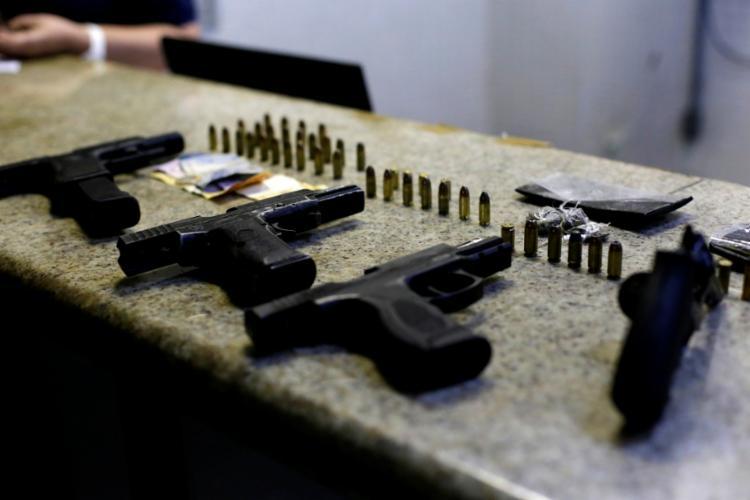 Na ação, três pistolas e um revólver calibre 38, além de drogas e celulares foram apreendidos