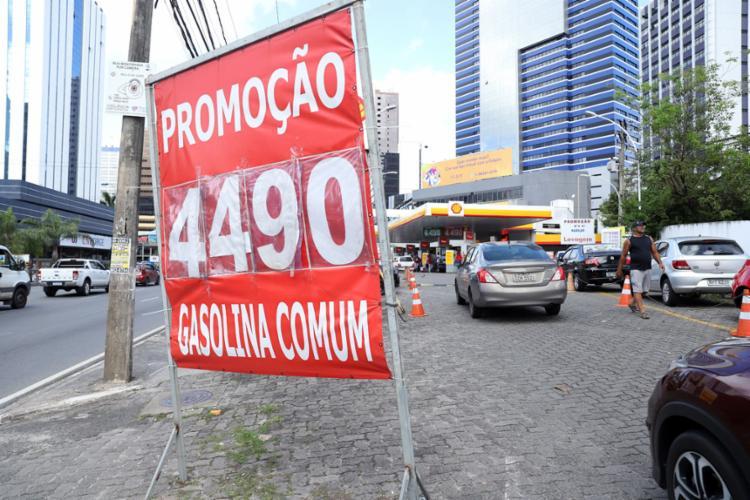 Durante a sexta-feira, 16, alguns postos anunciavam promoções, antes do aumento - Foto: Uendel Galter l Ag. A TARDE