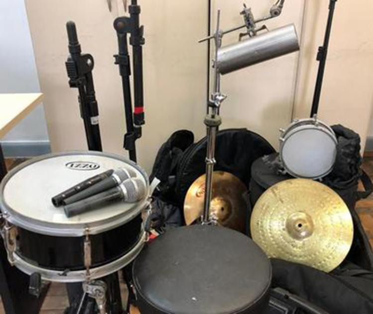 Os instrumentos de percussão e assessórios recuperados foram devolvidos ao cantor