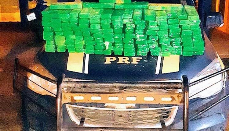 Droga estava dividida em 140 tabletes enrolados em fita adesiva - Foto: Divulgação I PRF