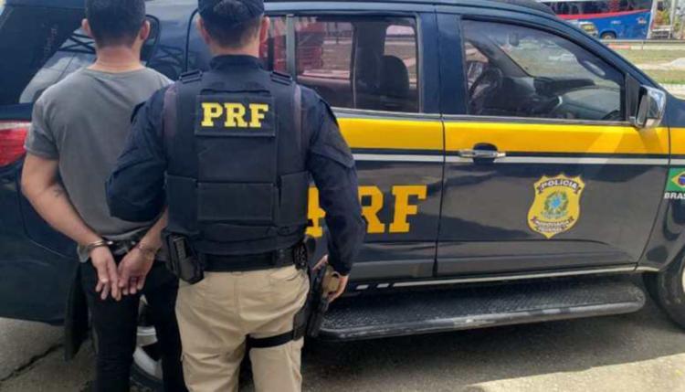 Homem é suspeito de porte ilegal de arma de fogo e adulteração de sinal identificador de veículo - Foto: Divulgação | PRF-BA