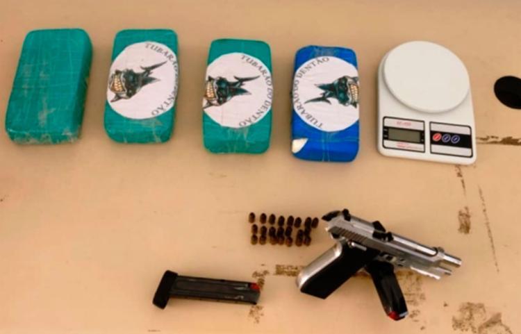Além da droga, a polícia encontrou uma balança de precisão, uma pistola calibre 380 e 21 munições - Foto: Aldo Matos | Acorda Cidade