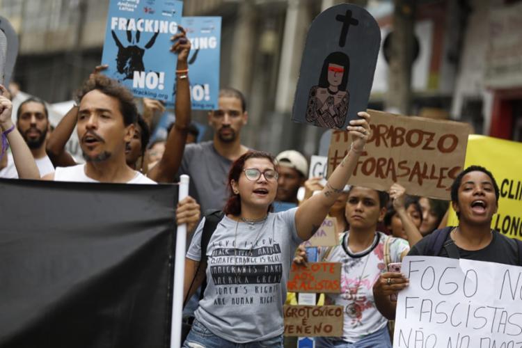 Os principais alvos dos manifestantes foram o presidente Jair Bolsonaro e o ministro do Meio Ambiente, Ricardo Salles - Foto: Raul Spinassé | Ag. A TARDE
