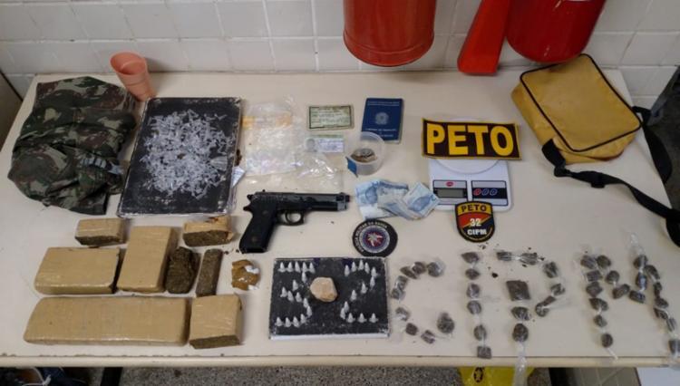 Oito integrantes da quadrilha foram localizados com simulacros de arma e diversas substâncias de maconha, crack e cocaína. - Foto: Divulgação | SSP