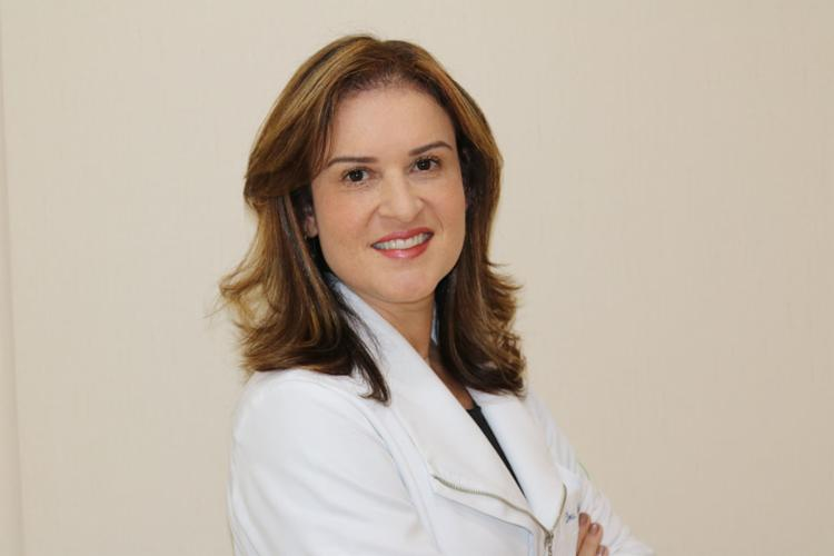 Claudia Costa é especialista em reumatologia pela Faculdade de Medicina da Universidade de São Paulo (FMUSP), além de pós graduada em acupuntura e reumatologista do Ministério da Defesa
