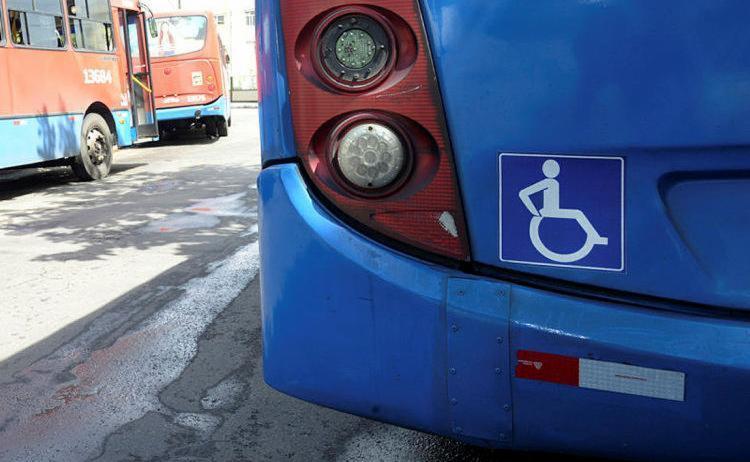 Passageiros precisam sair do bairro para poder acessar os coletivos - Foto: Matheus Buranelli | Ag. A TARDE