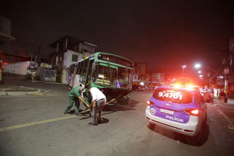 Coletivos foram atravessados na Via Regional e passageiros foram forçados a pular dos veículos - Foto: Felipe Iruatã l Ag. A TARDE