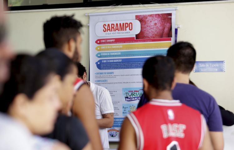 A vacinação contra o sarampo deve ser tomada por pessoas entre 1 e 49 anos de idade e está disponível nos postos de saúde municipais - Foto: Felipe Iruatã l Ag. A TARDE l 10.8.2019