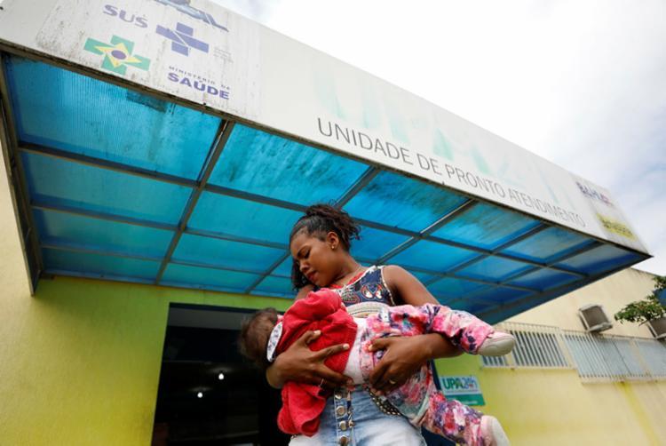 Ana Clara e a filha Ana Carolina esperam atendimento na Unidade de Pronto Atendimento da cidade - Foto: Raul Spinassé | Ag. A TARDE