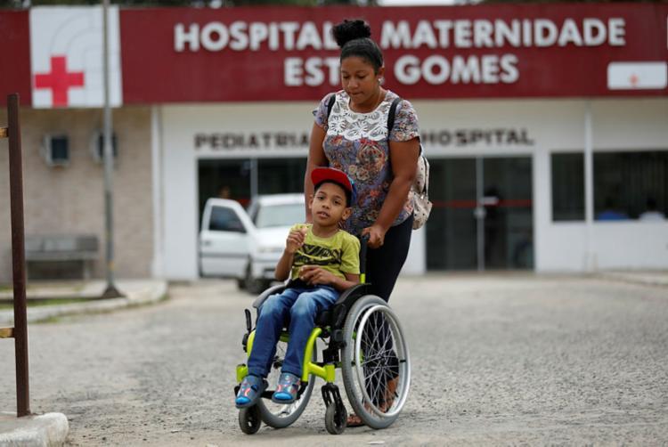 Ruth Rodrigues carrega o filho Tarcísio após atendimento