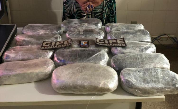 Na bagagem, foram encontrados 14 pacotes de maconha prensada - Foto: Divulgação | SSP