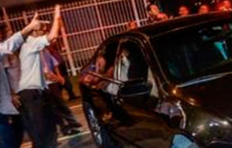 Suspeitos pediram para motorista e passageiro saírem do veículo - Foto: Reprodução | Blog Tom Ribeiro