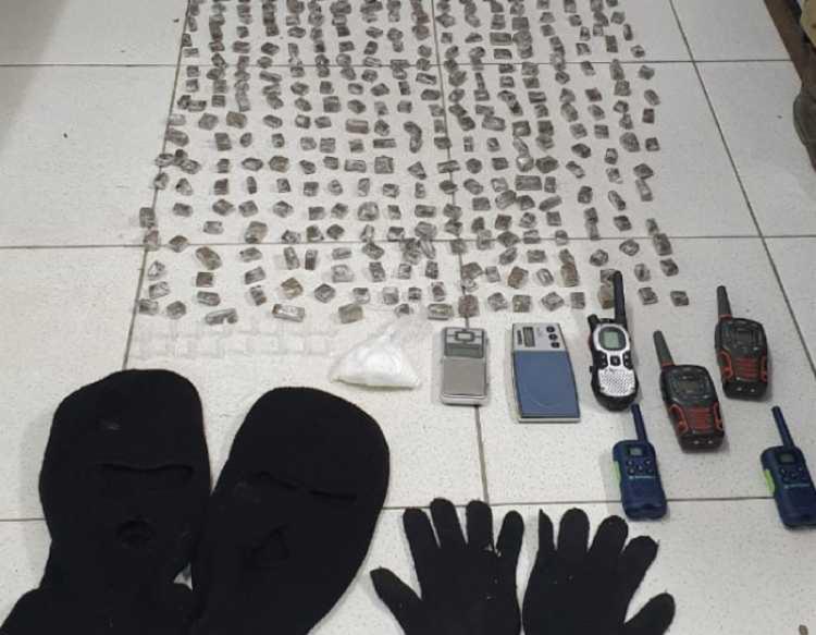 Ponto de tráfico tinha 400 papelotes de maconha - Foto: Divulgação I Polícia Militar