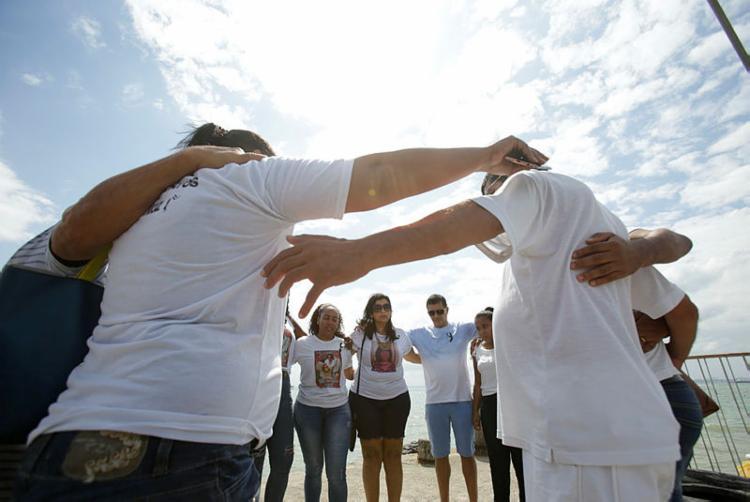 Parentes e amigos das vítimas se solidarizaram através de abraços - Foto: Felipe Iruatã | Ag A TARDE