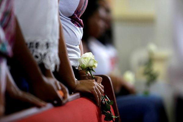 Rosas brancas foram jogadas ao mar após a missa