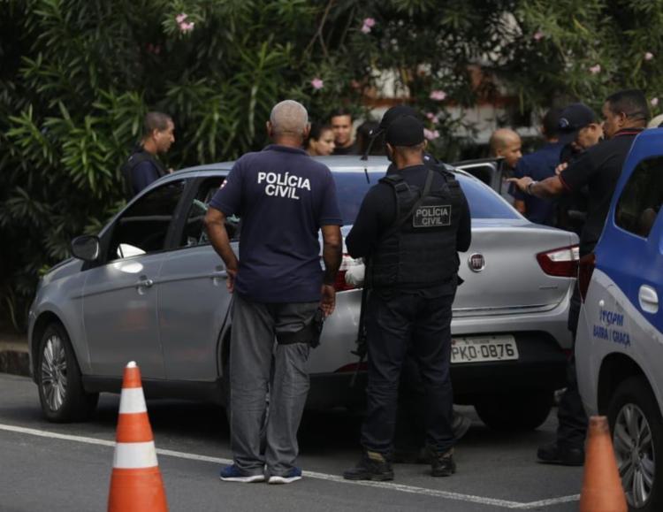Veículo esta batido e o corpo no lado do banco do passageiro - Foto: Raul Spinassé I Ag. A TARDE