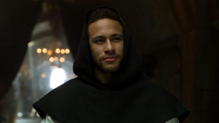 O atacante brasileiro interpreta um abade na série - Foto: Reprodução | Netflix