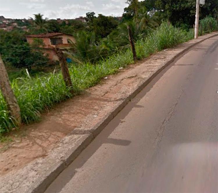 Carro caiu em encosta na Estrada Velha de Periperi - Foto: Reprodução I Google Street View
