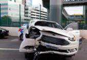 Carro colide com mureta e deixa uma pessoa ferida em Salvador | Foto: Uendel Galter | Ag. A TARDE