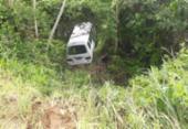 Van lotada cai em ribanceira em Conceição do Almeida | Foto: Reprodução | Blog do Valente