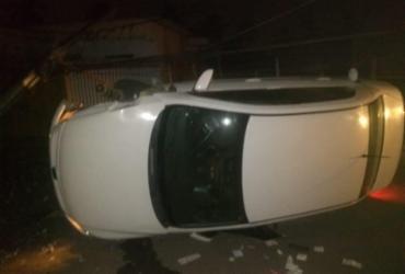 Uma pessoa fica ferida após carro se chocar em poste   Reprodução   Simões Filho Online